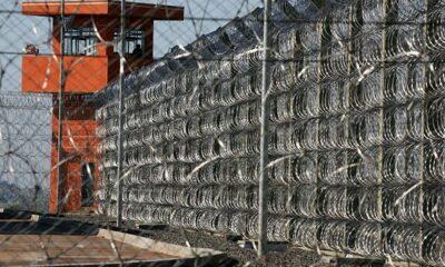 Muro de uma prisão e guarita ao final em tons vermelhos representando a pena para crimes hediondos