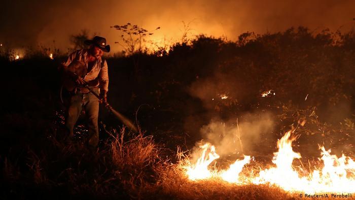 Homem apagando fogo de queimadas em Mato Grosso