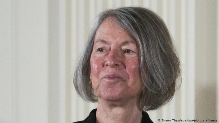 A poeta americana Louise Glück aparece em close com um sorriso tímido após ser indicada ao prêmio Nobel de Literatura