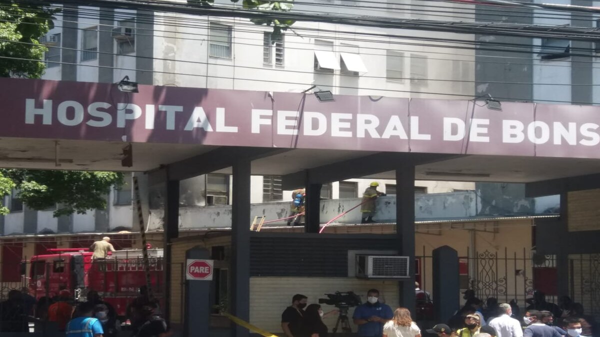 Fachada Hospital Federal de Bonsucesso (HFB) em meio ao incêndio