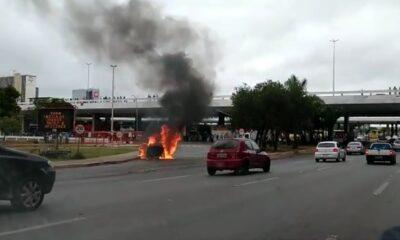 Carro pega fogo na entrada da plataforma inferior da rodoviária