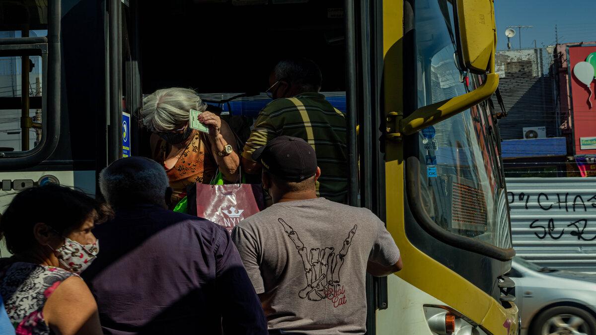 Passageiros entrando em um transporte público no DF