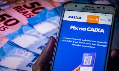 Celular ligado com um aplicativo indicando o Pix, do Banco Central