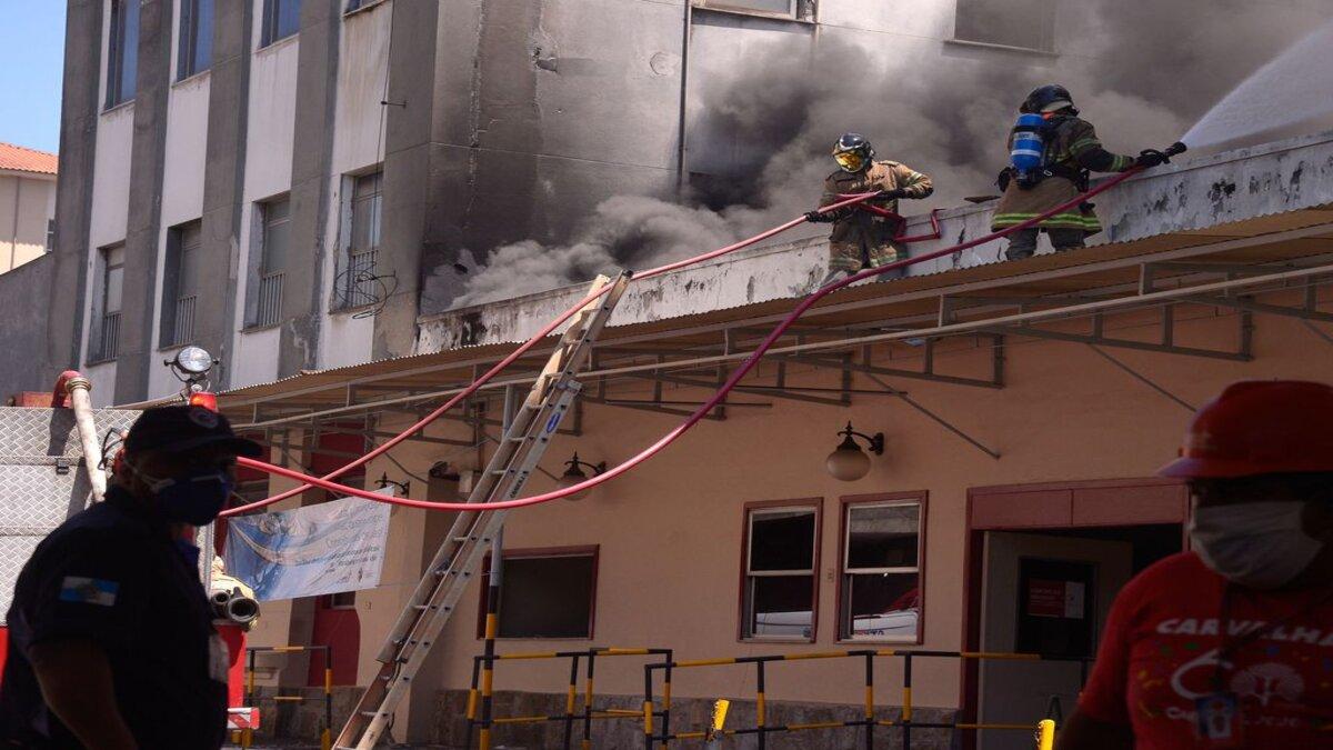 Fachada do Hospital de Bonsucesso durante retirada de pacientes