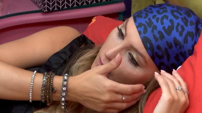 Carla Diaz chora após DR com Arthur